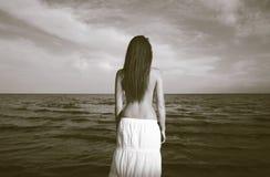 Weinlesefoto der Frau und des Meeres lizenzfreie stockfotos