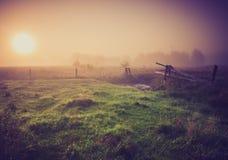 Weinlesefoto der nebeligen Wiese des Morgens im Sommer Landwirtschaftliche Landschaft Lizenzfreie Stockfotografie