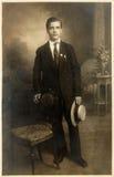 Weinlesefoto des stilvollen jungen Mannes Stockfotografie