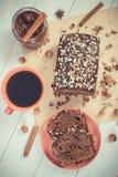 Weinlesefoto, dunkler Kuchen mit Schokolade, Kakao und Pflaume stauen, Tasse Kaffee, köstlicher Nachtisch Stockfotos