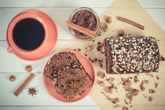 Weinlesefoto, dunkler Kuchen mit Schokolade, Kakao und Pflaume stauen, Tasse Kaffee, köstlicher Nachtisch Lizenzfreie Stockfotografie