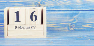 Weinlesefoto, am 16. Februar Datum vom 16. Februar am hölzernen Würfelkalender Lizenzfreie Stockfotografie