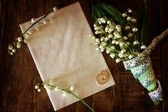 Weinlesefoto Hochzeitsblumenstrauß von Maiglöckchen und von Ring Stockfoto