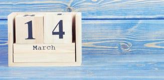 Weinlesefoto, am 14. März Datum vom 14. März am hölzernen Würfelkalender Stockfotografie