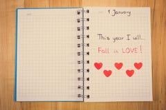 Weinlesefoto, neue Jahre Beschlüsse geschrieben in Notizbuch und rote Papierherzen Stockfotografie