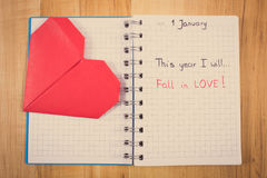 Weinlesefoto, neue Jahre Beschlüsse geschrieben in Notizbuch und rotes Papierherz Lizenzfreie Stockbilder