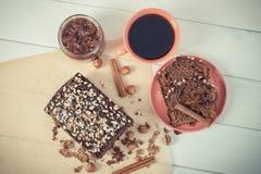 Weinlesefoto, Tasse Kaffee und dunkler Kuchen mit Schokolade, Kakao und Pflaume stauen Stockbild