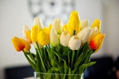 Weinlesefoto von Blumenstraußfrühlingstulpen Stockfotografie