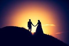 Weinlesefoto von Hochzeitspaarschattenbildern in im Freien Stockfotografie