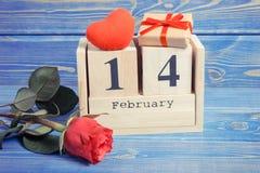 Weinlesefoto, Würfelkalender mit Geschenk, rotes Herz und rosafarbene Blume, Valentinsgrußtag Lizenzfreie Stockfotografie