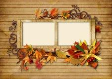 Weinlesefotofeld mit Herbstblättern und -bleistiften Stockfotografie