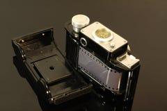 Weinlesefotofilm und Film auf einer widergespiegelten Tabelle stockbild