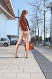 Weinlesefotofrau steht auf Straße in der Stadt stockfoto