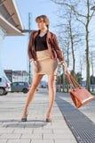Weinlesefotofrau steht auf Straße in der Stadt lizenzfreie stockfotos