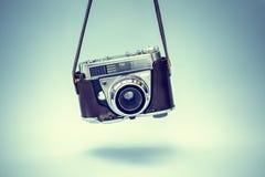 Weinlesefotokamera auf blauem Hintergrund stockfotos