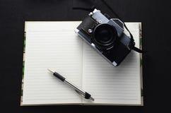Weinlesefotokamera auf dem Buch Lizenzfreie Stockbilder