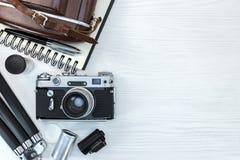 Weinlesefotokamera mit Ausrüstungen auf weißem hölzernes Brett backg Stockfoto
