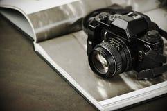 Weinlesefotokamera und Fotobuch Stockfoto