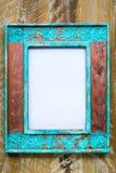 Weinlesefotorahmen über hölzernem Hintergrund mit leerem weißem Segeltuch Lizenzfreies Stockfoto