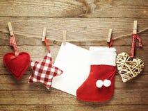 Weinlesefotorahmen verziert für Weihnachten auf dem Hintergrund des hölzernen Brettes mit Raum für Ihren Text Stockfoto