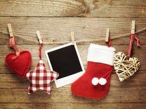 Weinlesefotorahmen verziert für Weihnachten auf dem Hintergrund des hölzernen Brettes mit Raum für Ihren Text Stockfotos