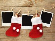 Weinlesefotorahmen verziert für Weihnachten auf dem Hintergrund des hölzernen Brettes mit Raum für Ihren Text Lizenzfreie Stockfotos
