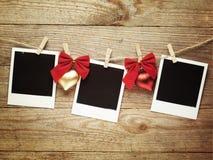 Weinlesefotorahmen verziert für Weihnachten auf dem Hintergrund des hölzernen Brettes mit Raum für Ihren Text Stockbilder