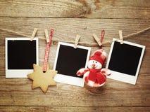 Weinlesefotorahmen verziert für Weihnachten auf dem Hintergrund des hölzernen Brettes mit Raum für Ihren Text Stockfotografie