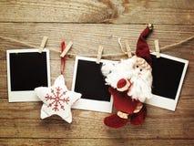 Weinlesefotorahmen verziert für Weihnachten auf dem Hintergrund des hölzernen Brettes mit Raum für Ihren Text Lizenzfreies Stockfoto