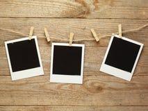 Weinlesefotorahmen verziert für Weihnachten auf dem Hintergrund des hölzernen Brettes mit Raum für Ihren Text Lizenzfreies Stockbild