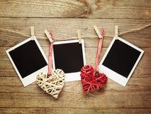Weinlesefotorahmen verziert für Weihnachten auf dem Hintergrund des hölzernen Brettes mit Raum für Ihren Text Lizenzfreie Stockfotografie