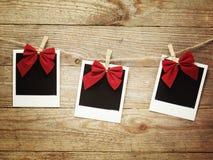 Weinlesefotorahmen verziert für Weihnachten auf dem Hintergrund des hölzernen Brettes mit Raum für Ihren Text Stockbild