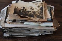 Weinlesefotostapel, alte Familienfotos auf einem dunklen h?lzernen Hintergrund stockbild