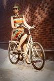 Weinlesefrau auf Fahrrad Stockfoto