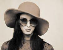 Weinlesefrau in den Sonnenbrillen und im roten Hut Lizenzfreies Stockfoto