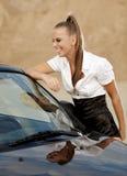 Weinlesefrau mit cabrio Auto Stockbilder