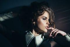 Weinlesefrau mit Make-up, klassische Art Modefrau mit Make-up im Retrostil Schönheits- und Modeblick herrlich lizenzfreie stockfotos