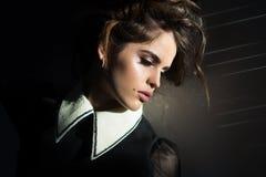 Weinlesefrau mit Make-up, klassische Art Schönheits- und Modeblick Herrlich und schön Modefrau mit Make-up herein lizenzfreie stockfotografie