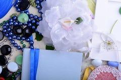 Weinlesefrauen-Einladungskarte Retro- Konzept mit Blumenpapierbändern Stockfoto