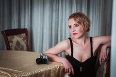 Weinlesefrauenporträt mit der Kamera Lizenzfreies Stockfoto