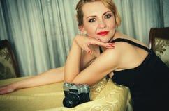 Weinlesefrauenporträt mit der Kamera Lizenzfreie Stockfotografie
