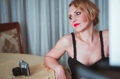 Weinlesefrauenporträt mit der Kamera Lizenzfreie Stockbilder
