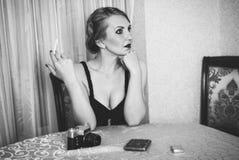 Weinlesefrauenporträt mit der Zigarette Stockfotografie