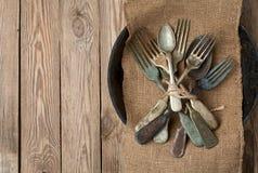 Weinlesegabel und -löffel auf einem Holztisch Lizenzfreie Stockfotografie