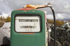 Weinlesegas-Grün pumpe draußen Stockfoto