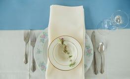 Weinlesegedeck auf einer Tabelle mit Tafelsilber und Serviette Lizenzfreies Stockfoto