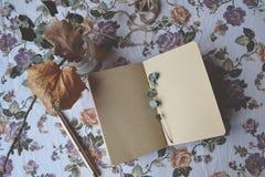 Weinlesegegenstände auf dem Blumenhintergrund Romantisches Bild mit Elementen der Dekoration Lizenzfreies Stockfoto