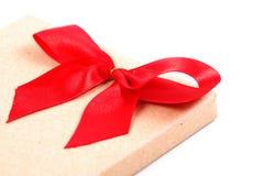 Weinlesegeschenkbox mit rotem Bandbogen Stockfoto