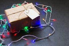 Weinlesegeschenkbox mit Weihnachtsgirlande auf Steintabelle stockbilder