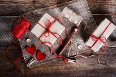 Weinlesegeschenkboxen mit leerem Geschenk etikettieren auf altem hölzernem Hintergrund Lizenzfreie Stockfotos